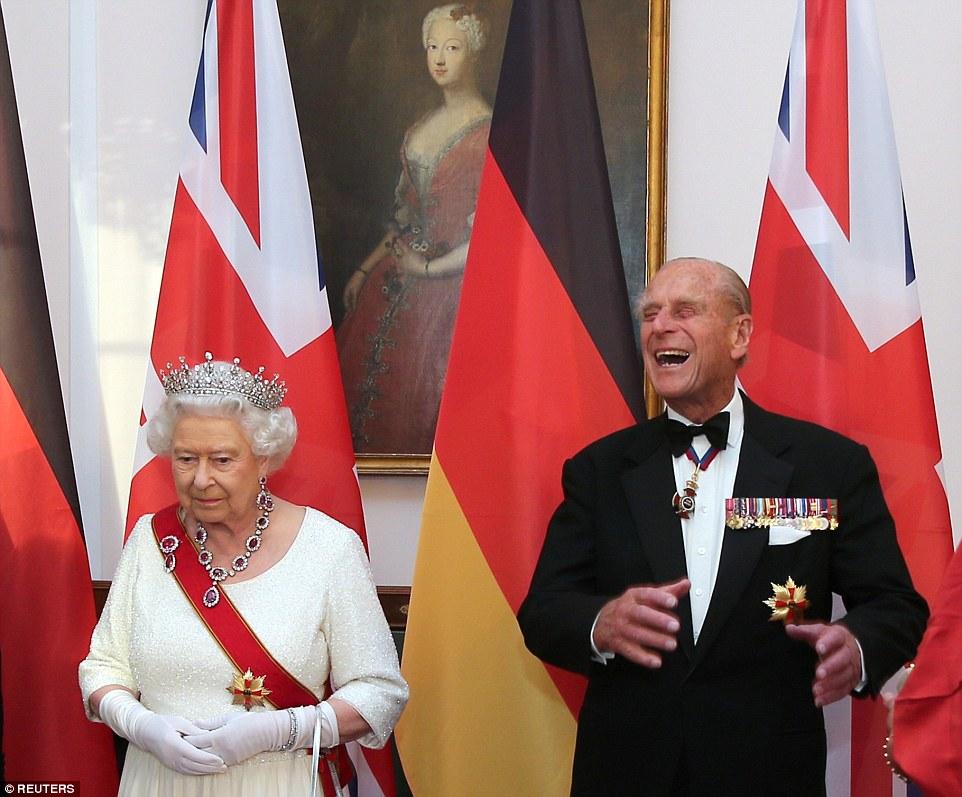 Príncipe Philip cai na gargalhada enquanto ele ea rainha cumprimentar os convidados que chegam para o funcionário Banquete de Estado em Berlim hoje à noite