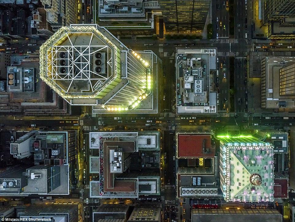 Midtown: Enquanto o crepúsculo cai sobre este distrito de Nova York, luzes poderosos começam a iluminar os arranha-céus lá
