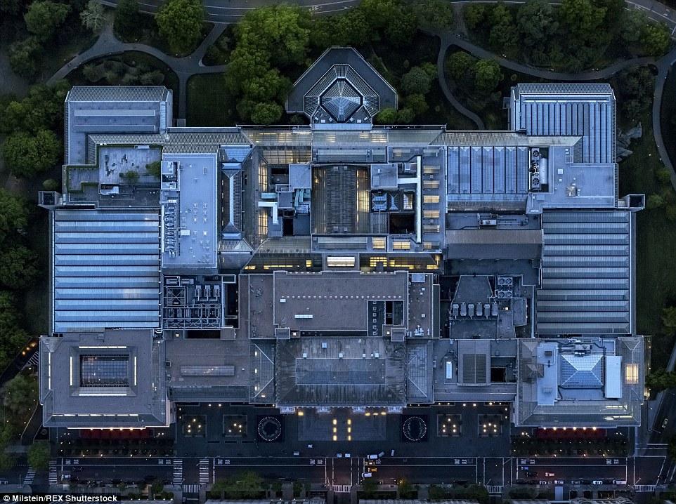 Metropolitan Museum: Assim como bairros inteiros, ponto de vista aéreo do Milstein também lhe permitiu mostrar a complexidade de grandes edifícios individuais