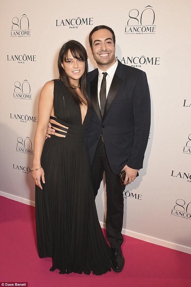 Mais um: Michelle cosied para filmar produtor Mohammed Al Turki como ela chegou ao evento repleto de estrelas
