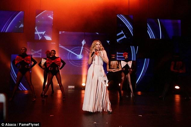 Troca rápida: A estrela australiana trocou seu número de tapete vermelho para um vestido branco dramática