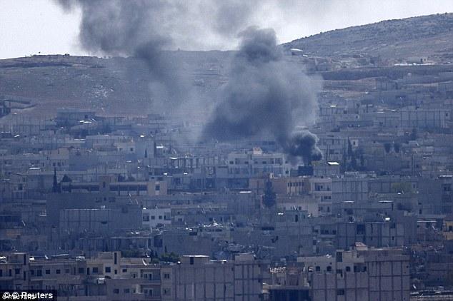 """Ineficaz: """"Los ataques aéreos (en la foto en Kobane) tienen un impacto, pero es evidente que no está teniendo una diferencia estratégica decisiva en la erradicación del grupo,"""" un experto en lucha contra el terrorismo dijo a MailOnline"""