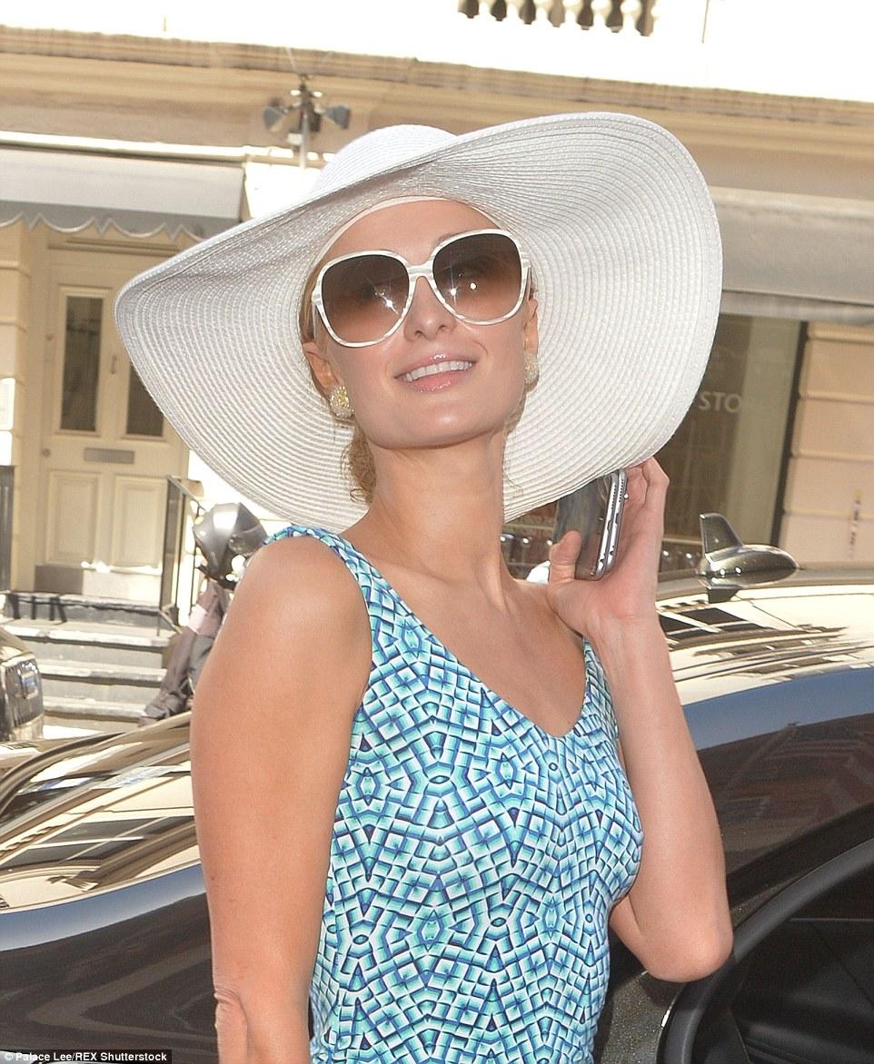 Número um da dama de honra: Paris Hilton chegou no Claridge em Mayfair bem à frente de casamento a irmã de Nicky esta noite