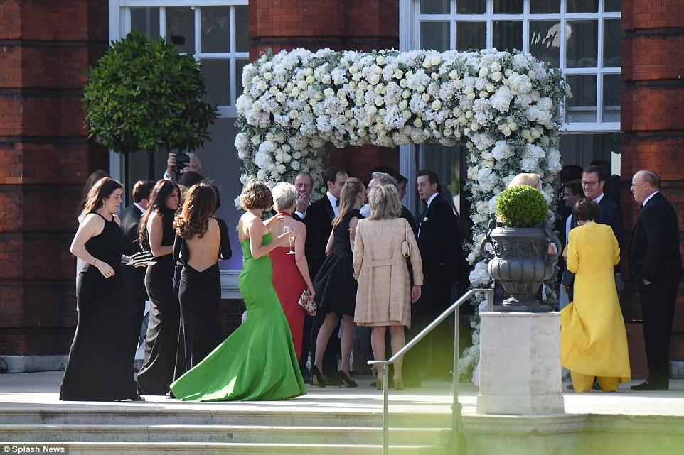 Sob o arco: Os hóspedes poderão desfrutar o dia com nenhuma despesa poupada como eles vêem o herdeiro e herdeira amarrar o know no Palácio de Kensington
