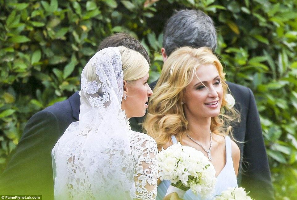 Nicky Hilton, 31, com a irmã mais velha e dama de honra principal Paris, 35, em Laranjal do Palácio de Kensington, onde o casal estava casado
