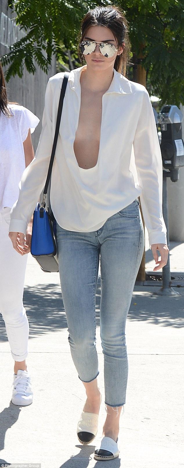 Foto Tanpa Sensor Payudara Kendall Jenner Mengitip Dari Bajunya Yang Sangat Terbuka 2