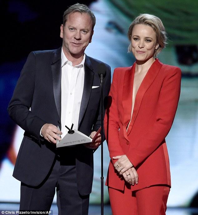 As estrelas de Hollywood: Kiefer Sutherland e Rachel McAdams apresentou o prêmio de Melhor recorde de desempenho para Peyton Manning
