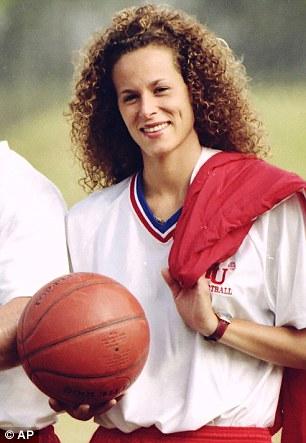El ex manager de baloncesto, en la foto en 1987, se instaló la demanda en términos no revelados en 2006