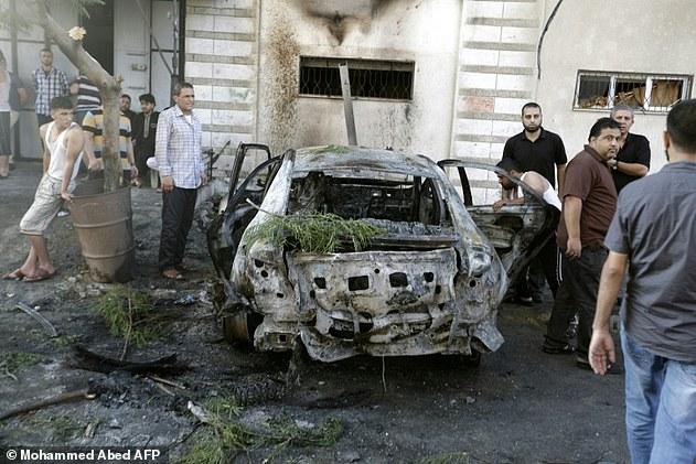 Testigos en Gaza dijeron que las explosiones estallaron alrededor de las 6:30 de la mañana y parecía haber sido causado por las bombas colocadas debajo de los coches aparcados en frente de las casas de sus propietarios