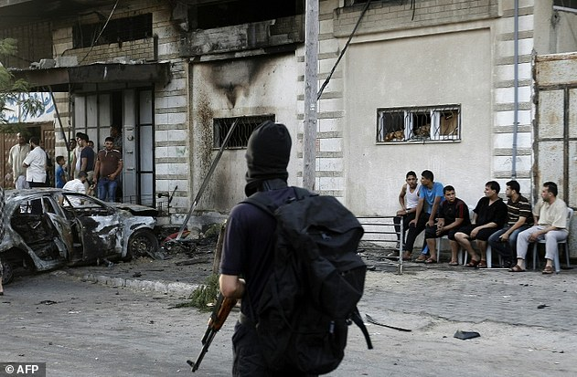 Según los testigos, los cinco explosiones en la ciudad de Gaza se produjo dentro de un intervalo de 15 minutos y tres de los coches se dice haber pertenecido a los miembros de Al-Qassam y dos a los miembros de Al-Quds