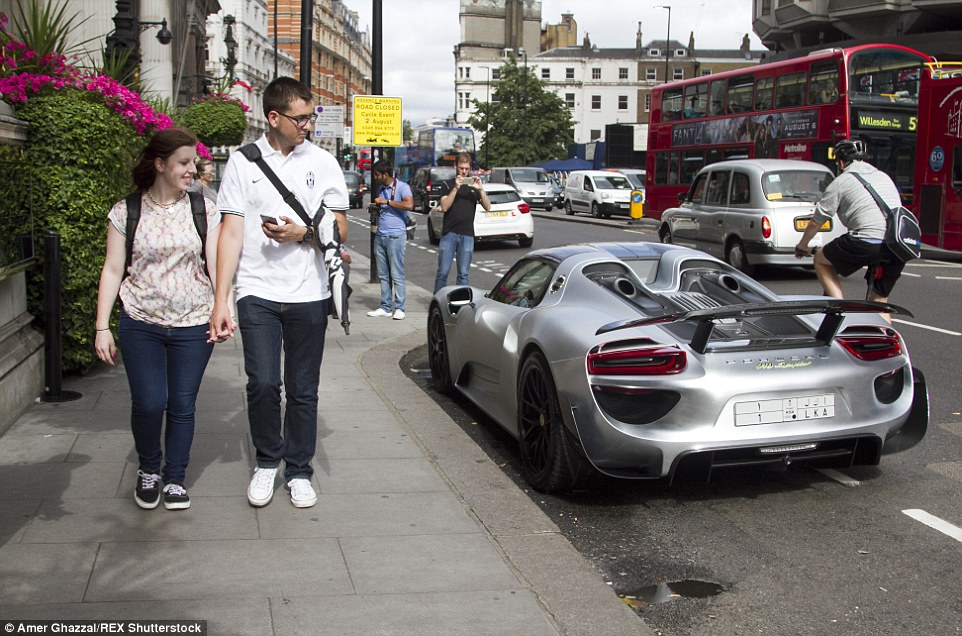 Spoiler alert: This Porsche 918 Spyder with Saudi Arabian license plates caught the eye of pedestrians after being parked in Knightsbridge