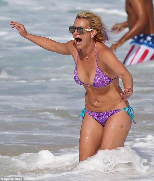 Foto Seksi Britney Spears Berbalut Bikini Di Hawaii 03