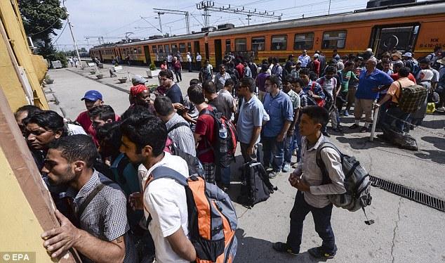Los inmigrantes hacen cola para comprar entradas para un tren en dirección a la frontera serbia en la estación de tren en Gevgelija, en la Antigua República Yugoslava de Macedonia.  Grecia e Italia son los principales puntos de entrada para los solicitantes de asilo con destino a Europa y los inmigrantes económicos