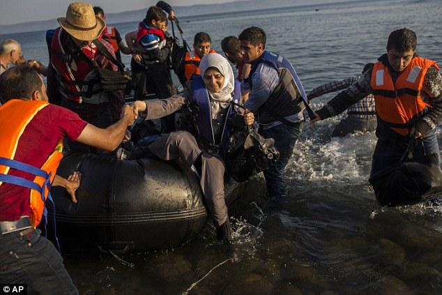 De Grecia, la mayoría de los migrantes tratan de continuar hacia el norte a través de los Balcanes, a los países europeos más ricos como Alemania