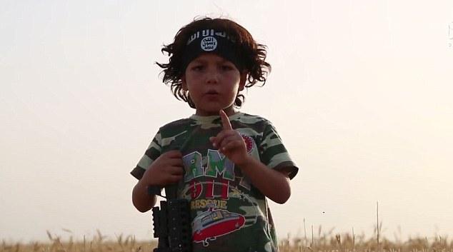 Formación: Hamo, como miles de otros niños Yazidi capturados por ISIS, se le enseñó cómo matar y odiar a su propio pueblo después de que fueron vendidos a un alto comandante de la clasificación en Siria.  No Foto Hamo