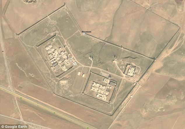 Trapped: La familia se desvía entre Prisión Badosh (en la foto), en Mosul, y otros campos