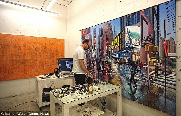 Aqui Nathan é retratado colocando os toques finais em uma pintura de Times Square