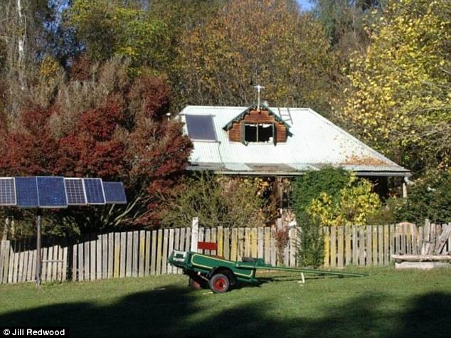 Por mais de 30 anos, ela tem vivido 'off the grid' em sua casa com energia solar