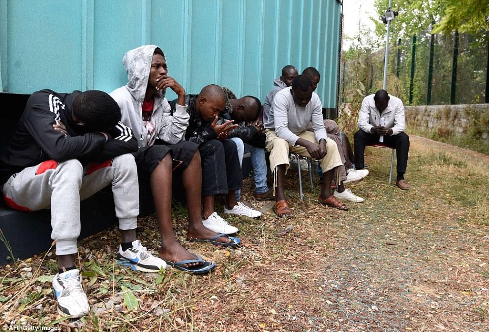Refugio: Un grupo de jóvenes africanos son fotografiados en un centro de asistencia Emaús de gestión para los migrantes en París, que ha sido ocupado por sus residentes desde el amanecer