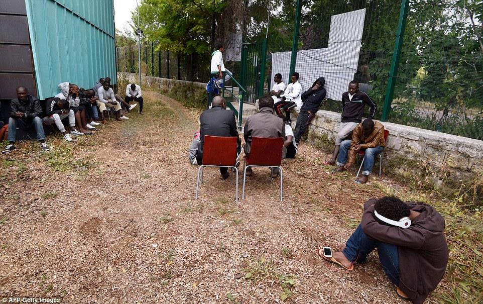 Ninguna entrada: Los migrantes, que se encuentra en el centro desde junio después de que fueron evacuados de varios campamentos en la capital, están impidiendo Emaús trabajadores sociales entren en el sitio