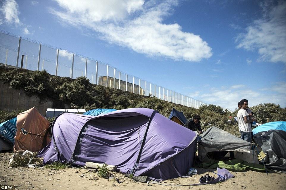 Durmiendo a la intemperie: Muchos de los migrantes permanecen en tiendas de campaña o en refugios improvisados en el campo a medida que continúan habitando el puerto francés