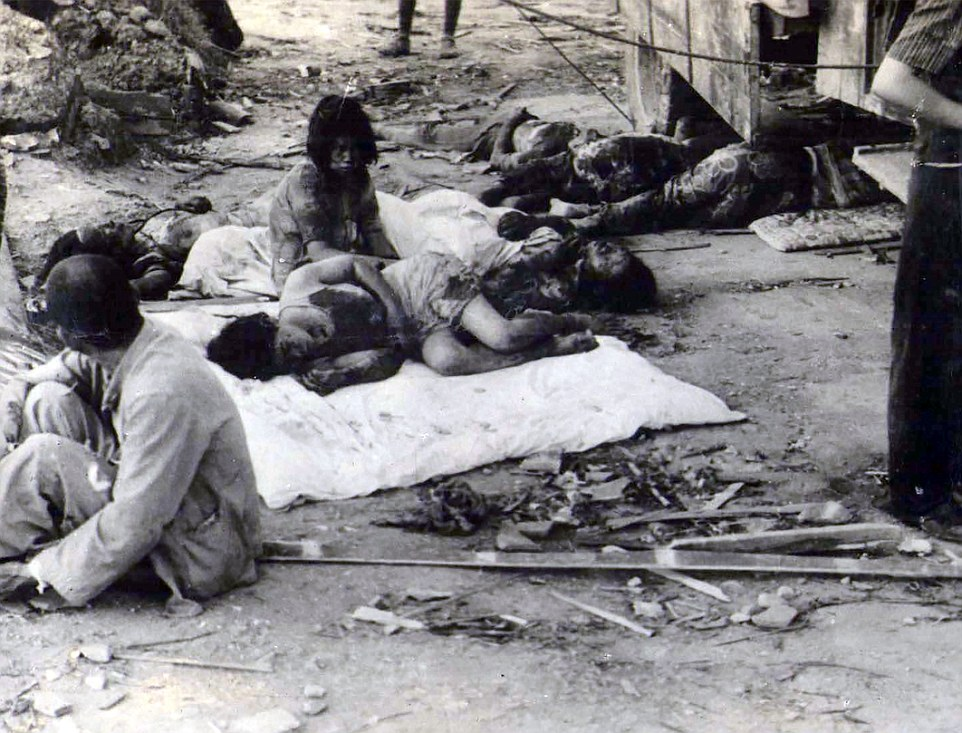 """Haunting: lugareños horriblemente heridos se representan muriendo en las calles planas sembradas de cadáveres en la ciudad japonesa occidental sólo unas horas después de la bomba nuclear, apodado """"Little Boy"""", fue caída"""