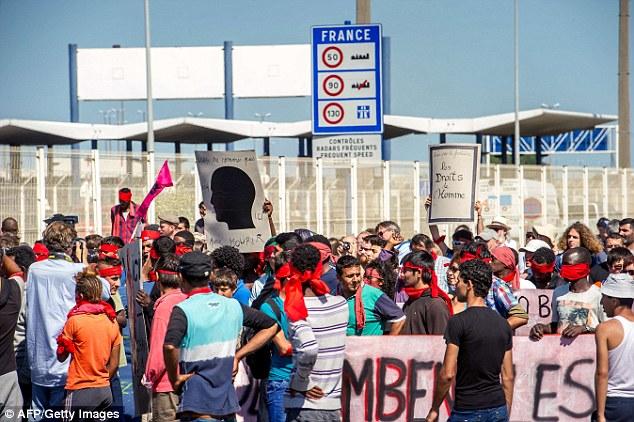Protesta: Inmigrantes y activistas realizaron una marcha en Calais ayer pidiendo el Reino Unido para abrir la frontera