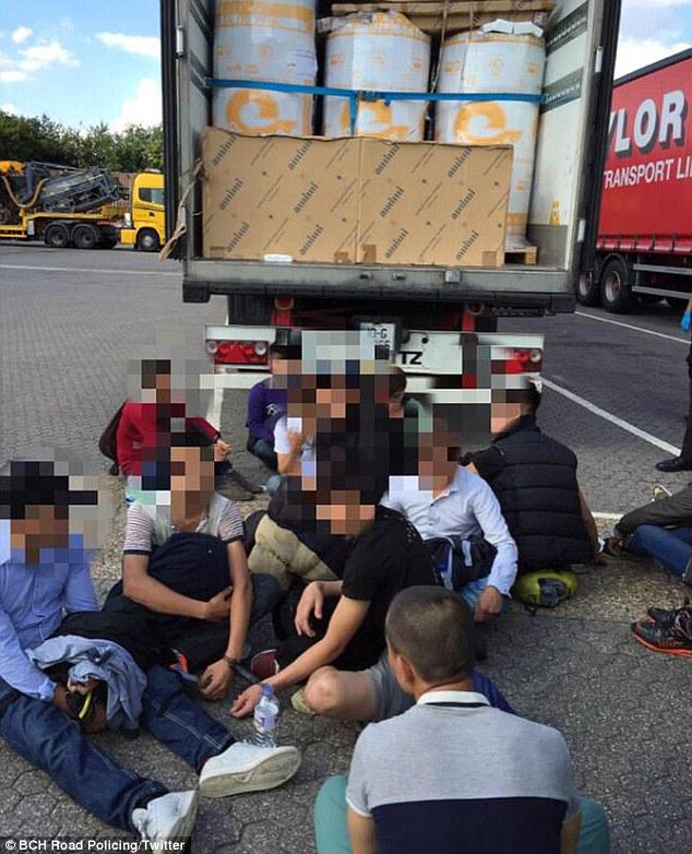 Encontrado: Un grupo de 17 presuntos indocumentados fueron descubiertos en la parte trasera de un camión en Hertfordshire