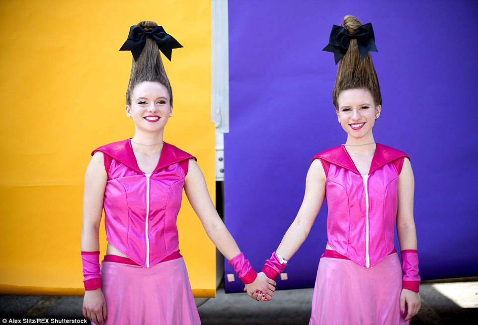 Up for fun: Rachel e Alyssa Ream deve ter pago uma fortuna para ter seu cabelo feito antes de irem para o evento Twinsburg
