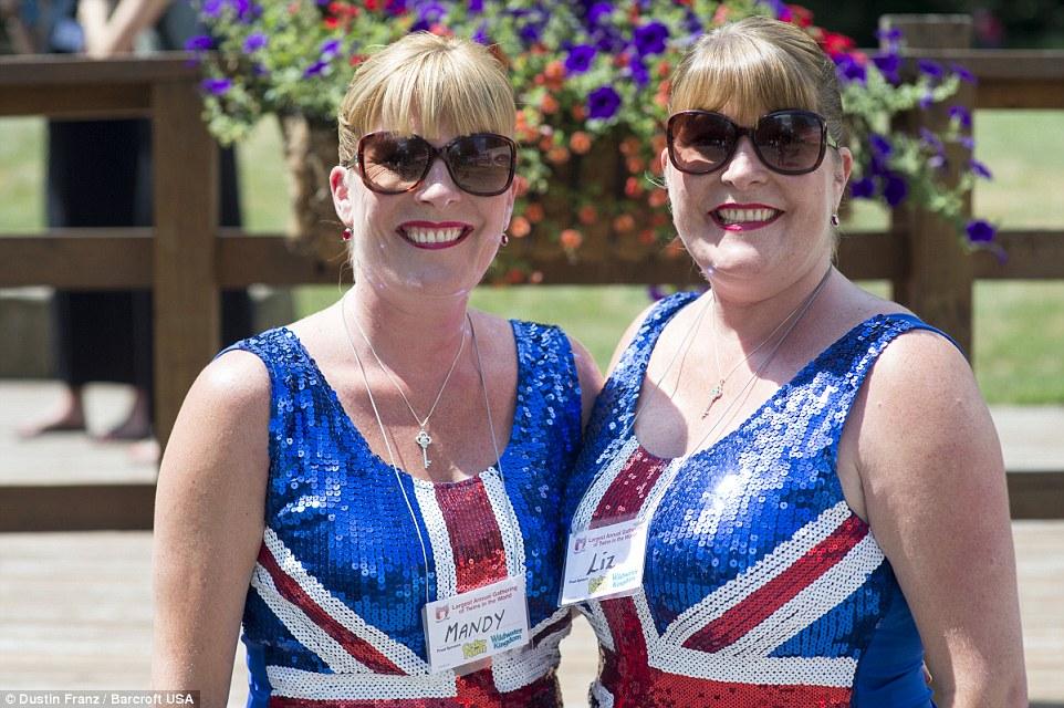 Belles britânicos: Mandy Vazquez, à esquerda, e Liz Blower, que sobrevoaram a partir de Londres, posar na bandeira da União sequinned topos