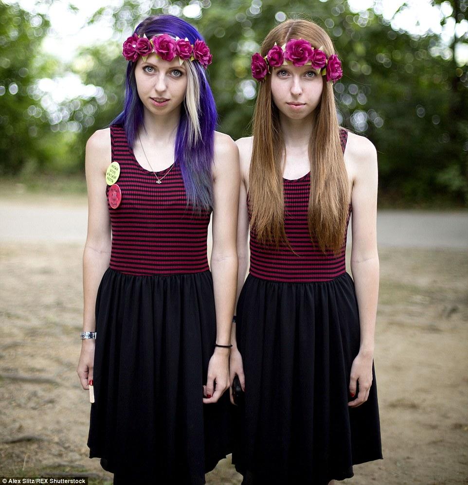 Meninas de flor: Brooke Allen e sua irmã gêmea Mallorie olhar etéreo neste tiro artístico das 40 anuais gêmeos Dias