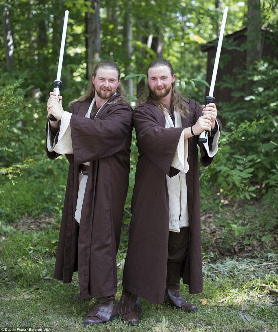 Vendo a luz: fãs de Star Wars e Nathan Scott Hasbrook, 24, pose durante a 2015 Gêmeos Dias Festival em Twinsburg, Ohio, no sábado