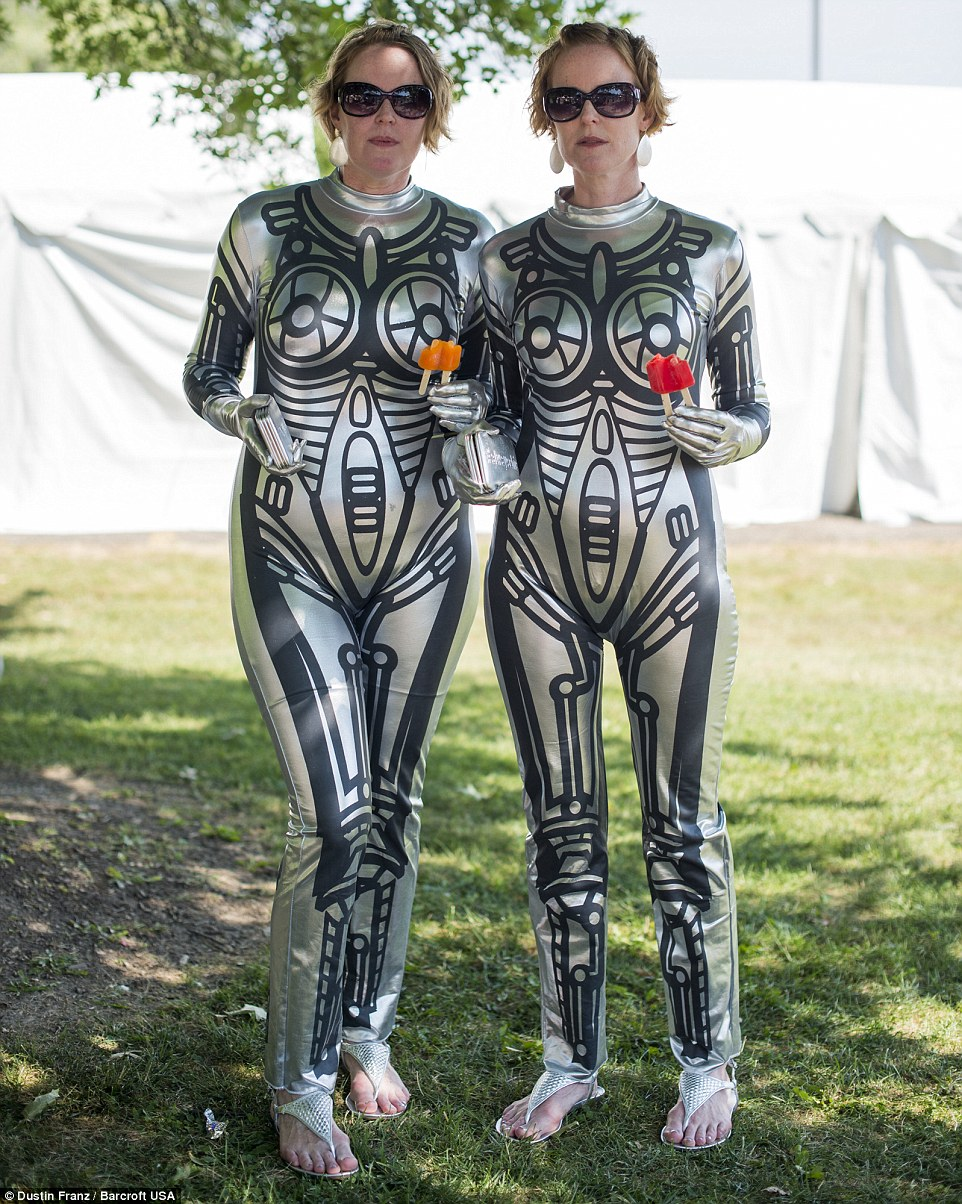 Circuito de formação: Heather e Tara Kelly, de 42 anos, vestida como robôs atraentes para o evento, que foi realizado pela primeira vez em 1975