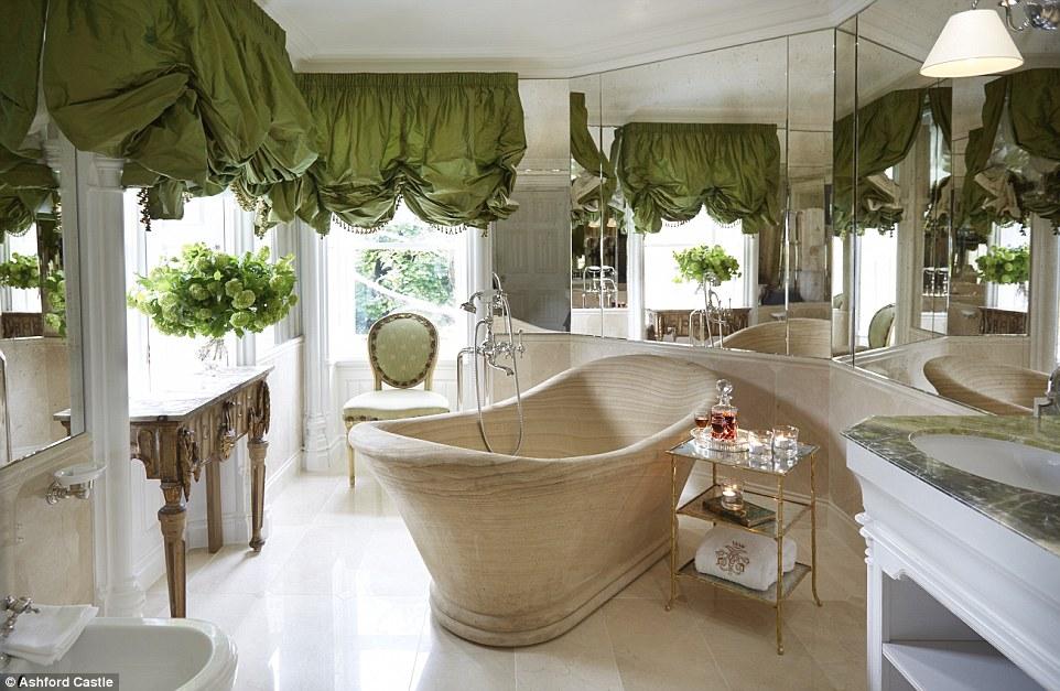 Suites júnior de Ashford Castelo vangloriar banheiras, produtos de toalete Voya magníficas e uma seleção de sabonetes de perfumarias