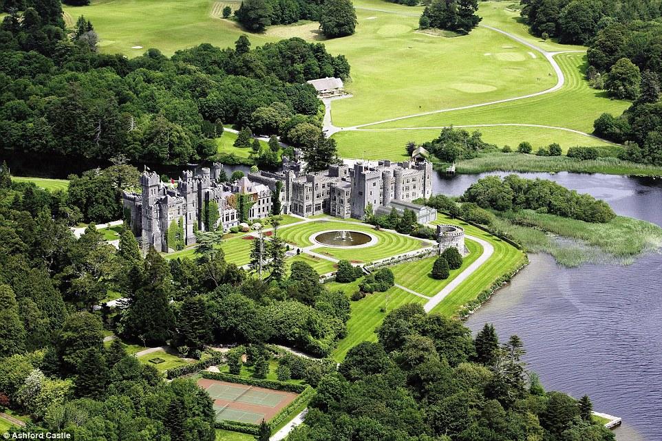 Situado em 350 acres de terra impressionante no oeste da Irlanda, o Ashford Castle cinco estrelas foi nomeado o melhor hotel do mundo