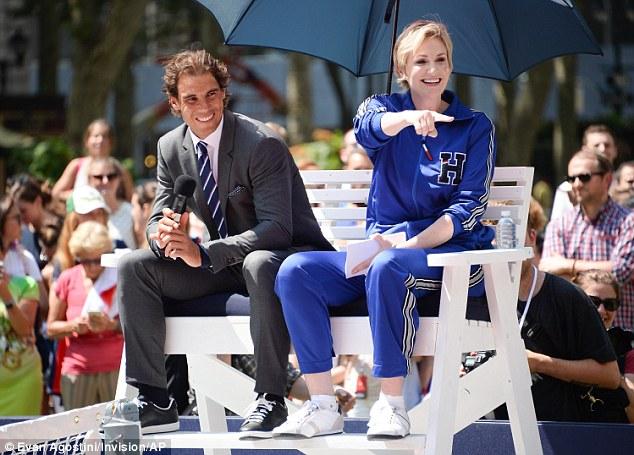 Zdieľanie smiechu: Zdalo sa, že Rafael sa teší zo seba, keď sa k nej pripojila herečka Jane Lynchová