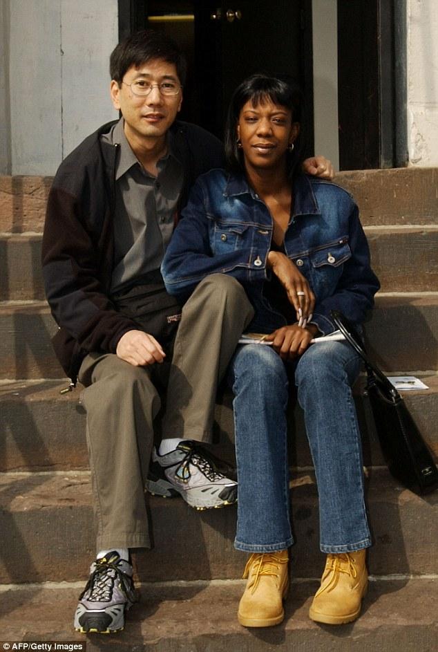 El fotógrafo Stan Honda se sienta con Marcy Fronteras en marzo de 2002 a seis meses después de tomar una foto icónica de su huyendo del ataque de las torres gemelas