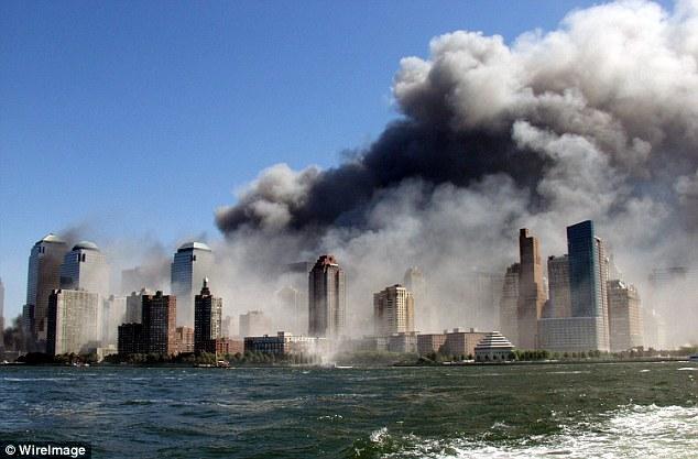 Plume: El humo se eleva sobre el horizonte de Nueva York desde el lugar del World Trade Center Ataque