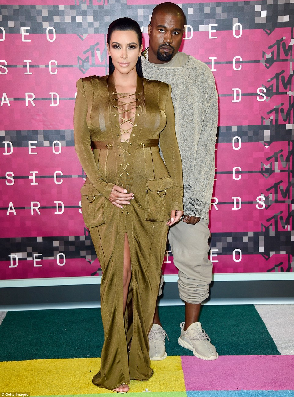 Direito ao seu lado: The 34-year-old estava lá para apoiá-la rapper outra metade, que está recebendo o Prêmio Vanguard durante a noite
