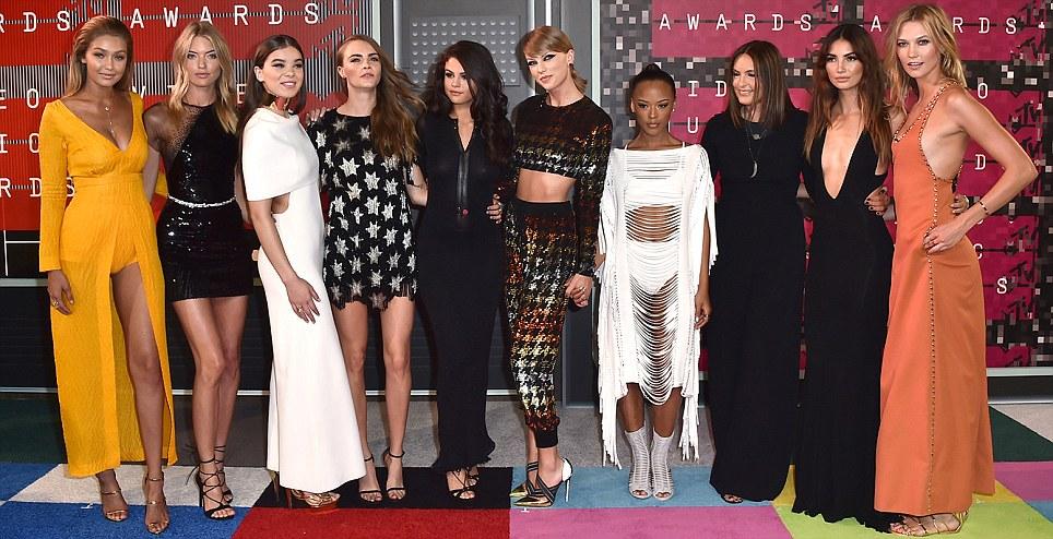 Taylor Swift no MTV VMA chega 2015, com seu esquadrão Sangue Bad