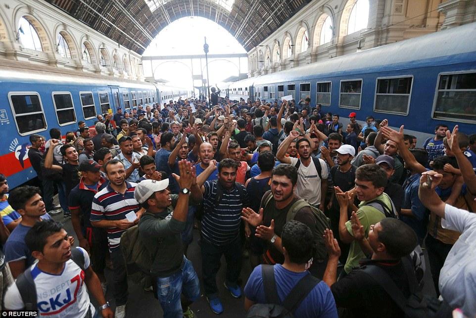 Hirviendo sobre: Cientos de migrantes furiosos protestaron en Budapest - y exigieron que se les permita abordar los trenes a Alemania - después que las autoridades húngaras cerraron la estación de trenes del Este de ayer