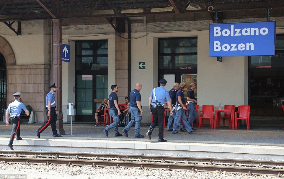 Mantener reloj: Ibrahim y muchos otros refugiados abordaron el tren en Balzano (en la foto), el norte de Italia, donde la policía han estado patrullando (en la foto)