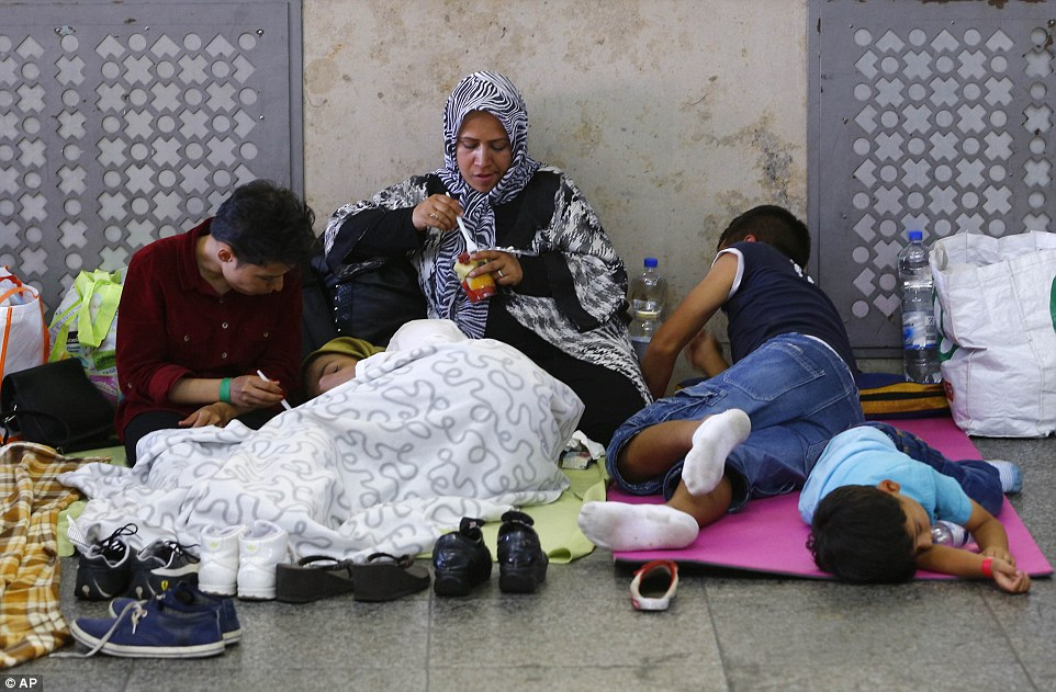 Esperando juego: Los migrantes se sientan en una sala en la estación principal y esperar a que el registro en Munich, Alemania, que ha sido inundado con los inmigrantes procedentes de Siria, Eritrea y Libia