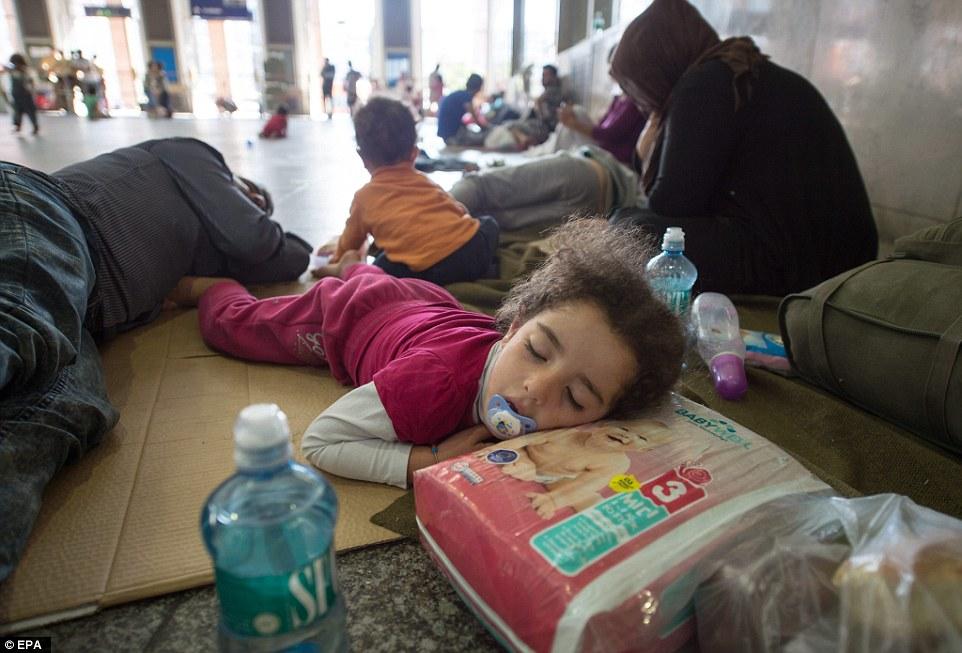 Agotado: Los refugiados que llegaron en tren desde Budapest a través de Austria, esperan el transporte a uno de los centros de acogida de refugiados, en la estación central de tren de Múnich (en la foto)