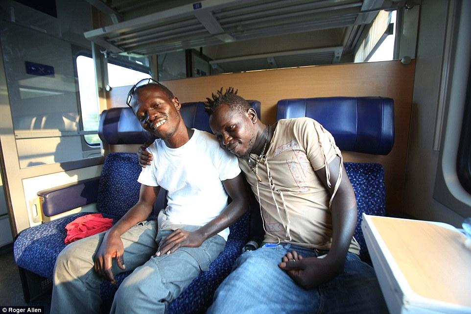 """Medidas Desesperadas: amigo de Ibrahim Idris Ndiaye (derecha) de Senegal - otro potencial inmigrante con destino a Inglaterra - dijo a MailOnline: """"No tengo pasaporte.  Mi madre vendió sus joyas para que pudiera viajar a Italia.  No puedo rendirme ahora '"""