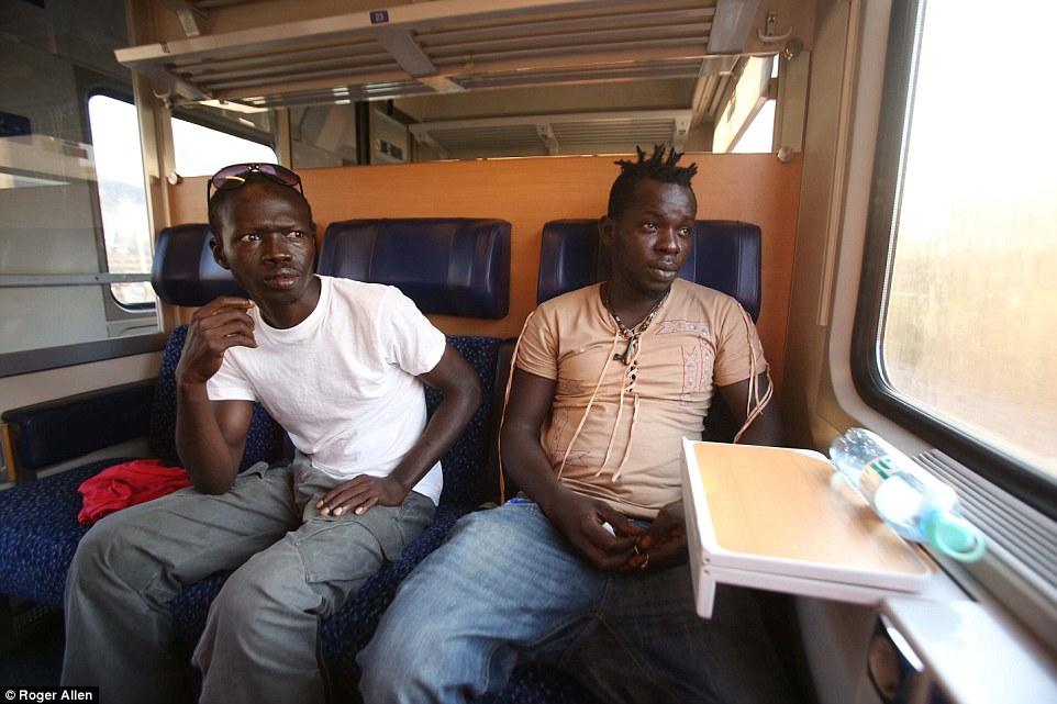 Como Ibrahim (izquierda) y Njai (derecha) viajan al norte de Alemania a bordo del 'Refugiados Express, la cuestión más urgente en los labios es:' ¿Qué tan caro es para ver el Chelsea?