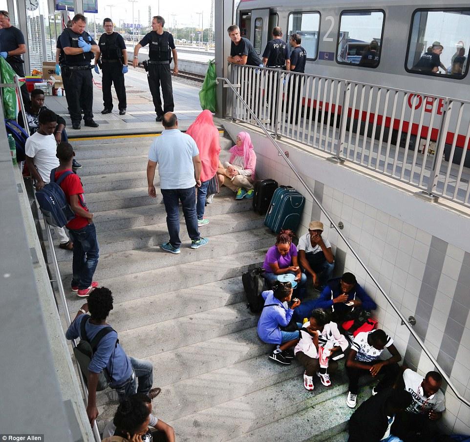 Libertad: Una vez que se procesan, los migrantes son llevados a un cuartel donde comienzan el proceso de reivindicación de asilo