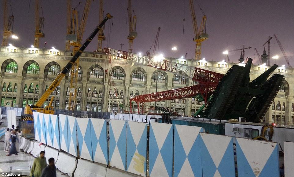 Vista desde el exterior: La grúa derrocado apoya en la Mezquita, con la parte superior del vehículo después de haber estrelló a través del techo