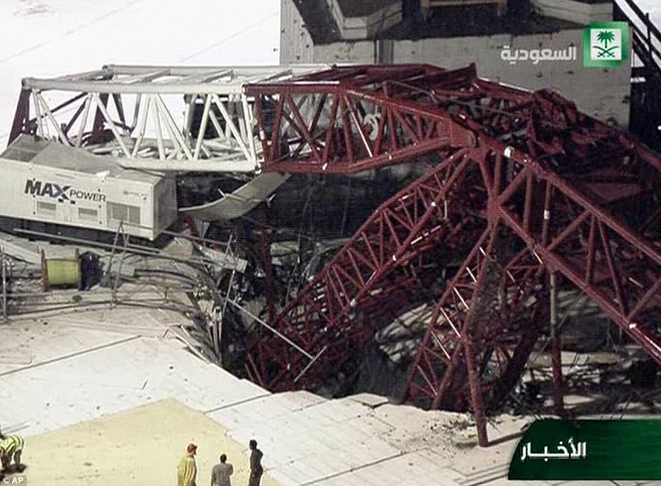 Gaping agujero: La grúa colapsada ha causado un enorme cráter en el suelo de la Gran Mezquita, el cual fue sometido a una expansión