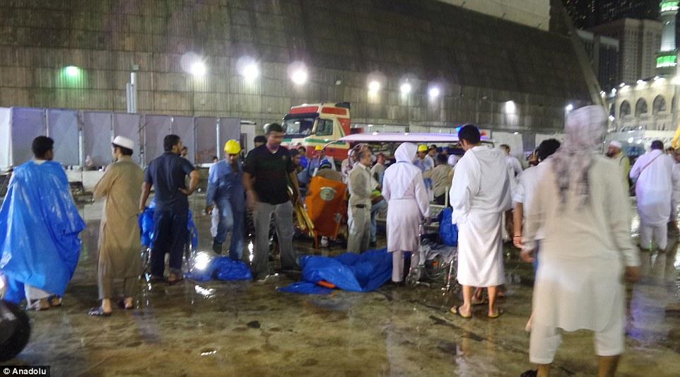 Cuerpos de víctimas yacen en el suelo mientras los heridos son atendidos por los servicios de emergencia